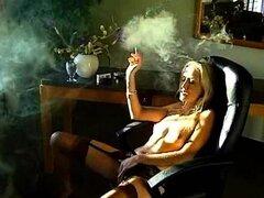 Fumador erótico en medias y liguero