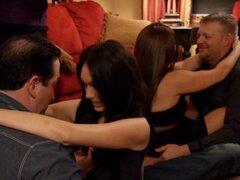 Pareja intercambio de pareja en la mansión playboy y divertimos, grupo de cachonda pareja intercambio a socio dentro de la mansión de Playboy y se divirtieron uno con el otro en la sala de estar