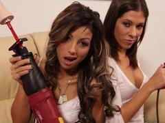 Lesbianas minifalda usa obtiene su coño jugó y bromeó con la máquina