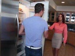 Janet se une a mason como riley follada en la cocina