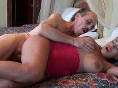 Instatible latina agarrando gallo hombre viejo