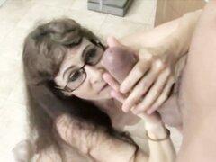 Doctor maduro con recoger la muestra de esperma