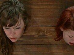 Pelirroja hermosa y su morocha amiga son humilladas en un caliente clip BDSM