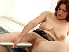 Abuelita cachonda Ildi folla su coño con un bate y pone puño