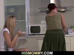 Ella juega su viejo coño en la cocina