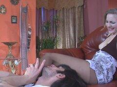PantyhoseTales Video: Judith y Gerhard. Generoso escote de Judith atraería la atención de cada hombre, sin embargo, Gerhard no era un hombre de boob, fue después de sus piernas en medias. Así el hombre fue justo para las piernas de nylon delgado revestido