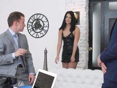 Dos chicos suerte llegar a follar a Jessica Lincoln en el sofá juntos - Jessica Lincoln
