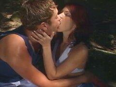 Chisporrotear caliente trío pasión bisexual en el bosque