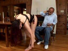 Caroline Pierce da una mamada a viejo hombre negro en una cocina