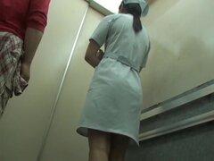 Aventura de usura de panty para enfermera caliente en el ascensor, está en la mira de elevación bastante seductor y caliente para el tío travieso de enfermera. Que aunque un poco involucra en la aventura de verdadera usura con la exposición de panty calie