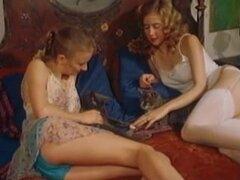 Escena de sexo lésbico de una película porno vintage sexy. Escena de sexo lésbico vintage con dos chicas calientes follando y lamiendo sus coños duros y profundos con sus lenguas húmedas.