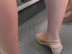 Mujer consiguió una cámara entre sus piernas en el clip de upskirt, cámara cogió una chica en excitante Vestido ajustado, que atrae la atención en sus formas del cuerpo en el video de la falda hacia arriba.