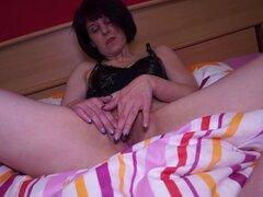 Masturbación casera mamá alemana, morena alemana cachonda Milf es Casa sola y enviado su cinta de su en casa se masturba con un enorme consolador haciendo su cum y quejido.