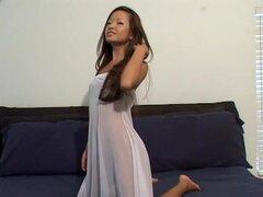 Exuberante morena de Asia alegre revela sus nalgas dulces - Keiko