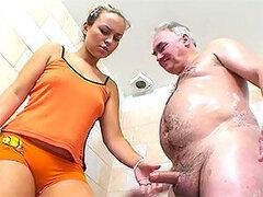 Hombre mayor de pequeño pene tiene un dia de suerte al follarse a una hermosa jovencita rubia