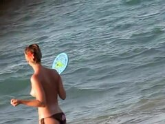Voyeur películas babes con tetas desnudas jugando en la playa, playa voyeur cazador es relajante acostado en la arena de la playa de la ciudad. Su cámara sigue trabajando grabando las tetas agradables de la bimbo topless jugando con sus amigos.