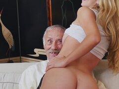 Molly joven gana su subsistencia por viejos follando hombres píldora azul (bpm15327)