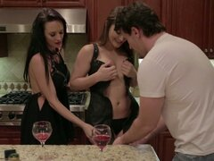 Dos chicas hermosas Alektra Blue y Dani Daniels folla en un trío