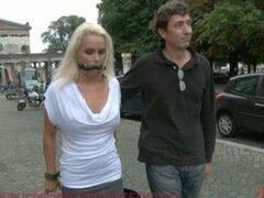 Hermosa Milf alemán atado y follada en público