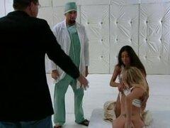 Cuarteto con tres chicas calientes en el hospital, Doctor follando con tres chicas calientes. Entonces se tornan todos sus agujeros folladas en un cuarteto follar en el hospital.