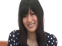 Nozomi Koizumi tiras desnuda y le da una mamada asiático