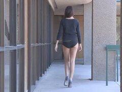 Chica se ve como un modelo de clase alta es exterior desnuda y se masturba en publico