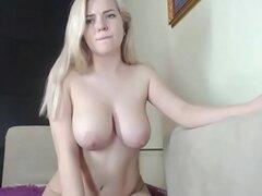 Chick rubia topless chateando en vivo
