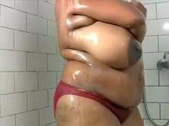 Mi más grande bonita mujer tetona negro esposa en la ducha topless, esta Playgirl tiene wobblers saggy enorme con grandes pezones planos. Aún no sé qué hacer con ellos en otomano así sólo de cine a mi esposa mujer encantadora grande de ébano en cámara en