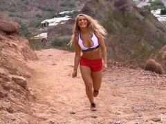 Una chica llamada Nicky muestra sus nalgas en la montaña - Nicky