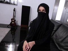 Tetona árabe adolescente viola su religión. Victoria June es una Bombita árabe casada que ya no puede ser retenido de sus deseos sexuales. Su marido rara vez se folla y siempre está ordenándole a usar su hijab, incluso cuando se van a la cama! Quiere expo