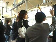 Abusando de una putita Asiatica inocente en medio de transporte publico