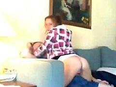Teen pelirroja traviesa montando la polla del afortunado chico en el sofá