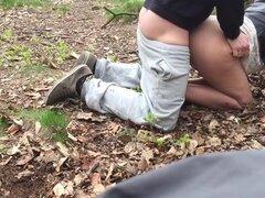 Novia follada orgasmo mientras doggystyle en el bosque. Junior novia follada por detrás en el bosque hasta que llegó al orgasmo