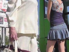 Vista muy caliente upskirt de una chica bastante morena, escena upskirt Amateur con chica morena que está esperando su transporte a la estación de autobuses.