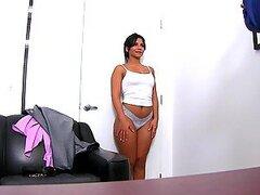 Latina muy sexy mama una dura polla gorda durante una entrevista laboral