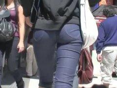 Calle video candid de una fitty caminar culo y el coño en shorts de jean ajustados