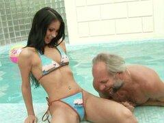 Albert viejo follando un dulce bombón frente junto a la piscina