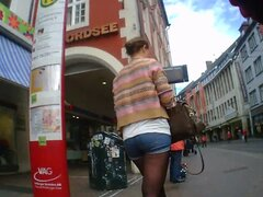 Pantalones cortos Teen alemanas caliente media en la parada de autobús culo piernas,