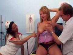 Doctor orinando sobre paciente enfermera y mujer luego de examen médico
