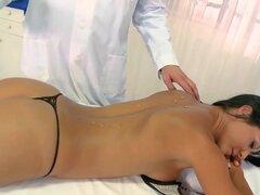 Sandra Romain quiere un masaje muscular profundo y absolutamente nada divertido que hacer; Su masajista quiere realizar la tarea y no quiere nada a tope! ¿Quién gana excitó? Disfruta de este video!