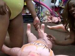 Culos caramelos juegan con muñeca