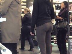 Voyeur sigue una mujer sexy, Sexy mujer llevaba una falda corta para que voyeur la siguió hasta que se encontró detrás de ella. Tomó un pico debajo de la falda mientras esperaba para cruzar la calle y vio a un diminuto tanga y un culo caliente.