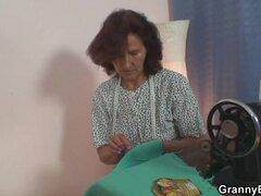 Abuela sola toma su polla caliente