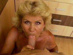 Effie vieja con entrepierna peluda es cabalgando sobre polla enorme