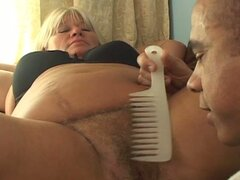 Fattie madura obtiene coño peludo perforado