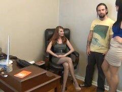 Rastreo de Nylon pies con el pie en la oficina,