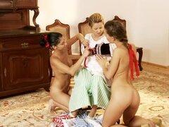 Tres chicas de playfil en vestidos vintage placer mutuamente