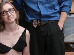 Nerdy rubia adolescente pillada Shoplifting follada duro por el oficial de seguridad