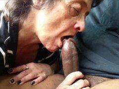Abuela comer un eje negro. Hambrienta abuela comiendo una gran polla negra