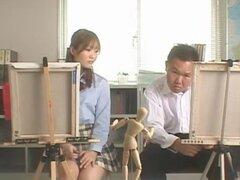 Sexo en la escuela, en la primera escena de este video Yui Otoha está en una clase de arte y su compañera está teniendo problemas de dibujar un cuerpo femenino. Amablemente pide Yui a quitarse la ropa, así que él puede ser su modelo. Del arte a la smut, l